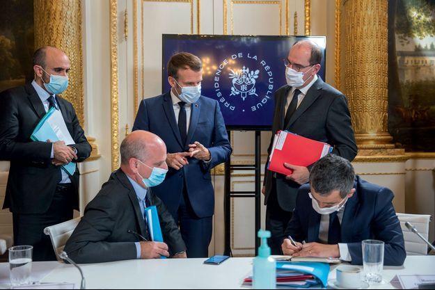Le 18 octobre, 21h30, salon Murat. De g. à dr., Nicolas Lerner, directeur général de la Sécurité intérieure, Jean-Michel Blanquer, le président Macron, Jean Castex et Gérald Darmanin.