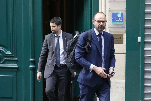 Le Premier ministre Edouard Philippe quitte son domicile avant de se rentre à Matignon, mardi.