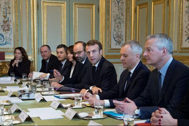 Emmanuel Macron à l'Elysée, accompagné de membres de son gouvernement.