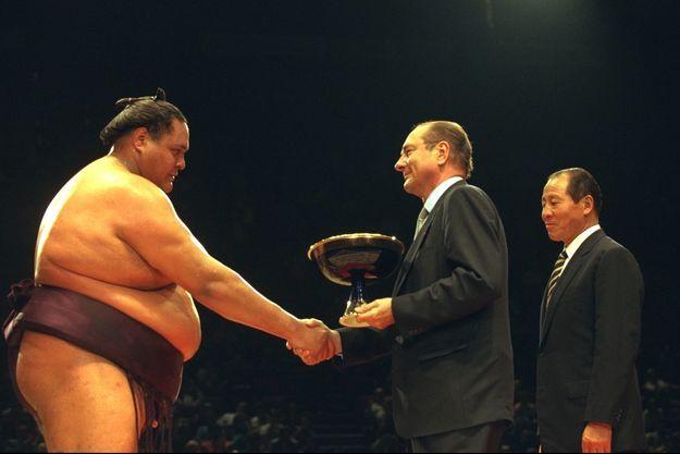 Jacques Chirac remet la Coupe au vainqueur lors du tournoi de Paris en 1995.