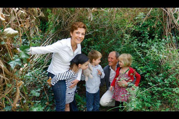 Samedi 18 juin. Chantal Jouanno, chez elle, avec Sibylle (7 ans), les jumeaux (5 ans) Côme et Sixtine – surnommée le « bulldozer » – et Hervé, avec qui elle est mariée depuis quinze ans.