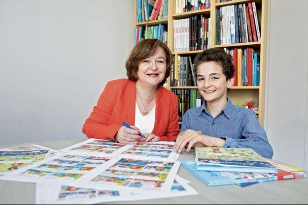 Le 23 mars, à Paris, Nathalie Loiseau et son fils Guillaume posent pour Match devant les planches de leur BD.