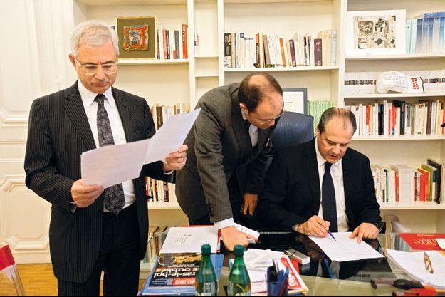 Dans son bureau du siège de la rue de Solferino, le premier secrétaire du PS, Jean-Christophe Cambadélis, et le président de l'Assemblée nationale, Claude Bartolone. Les déconvenues se succèdent.