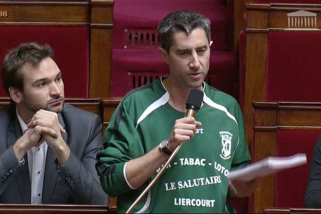 François Ruffin avec le maillot de l'Olympique Eaucourtois, le 7 décembre, à l'Assemblée nationale.