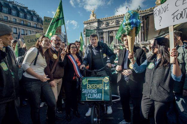 Le député européen Yannick Jadot, entouré d'élus et de membres de la direction d'EELV, à la «Marche du siècle» pour le climat, le 16 mars à Paris.