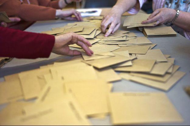 Des enveloppes dans un bureau de vote, à Dijon, en 2011.