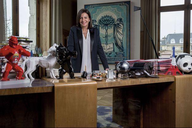 Sur son bureau de l'hôtel de ville, les cadeaux reçus du WWF (panda), du CIO (le Comité international olympique) et d'artistes. Derrière, une sérigraphie offerte par l'Américain Obey.
