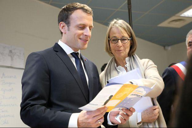Francoise Nyssen et Emmanuel Macron fin février lors d'un déplacement à la médiathèque des Mureaux.