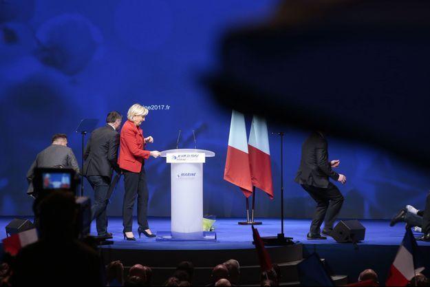 Le service d'ordre du FN intervient pendant le discours de Marine Le Pen, lundi, pour chasser une manifestante.