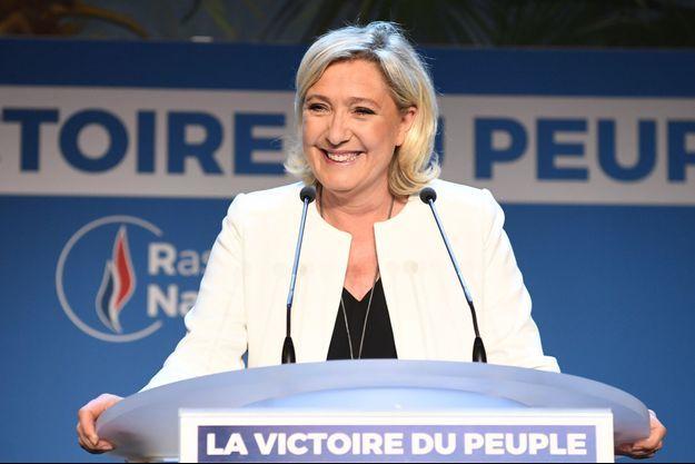 Marine Le Pen prononce un discours à la Palmeraie, à Paris, dimanche soir.