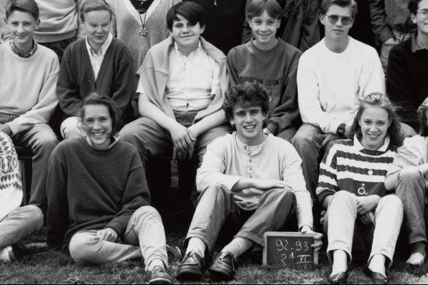 Emmanuel Macron, tenant l'ardoise pour la photo de classe, au lycée la Providence.