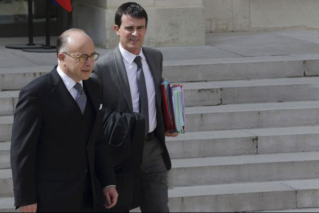 Bernard Cazeneuve et Manuel Valls mercredi à la sortie du conseil des ministres, à l'Elysée.
