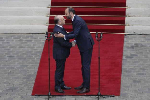 Bernard Cazeneuve et Edouard Philippe, lundi à Matignon, au moment de la passation de pouvoir.