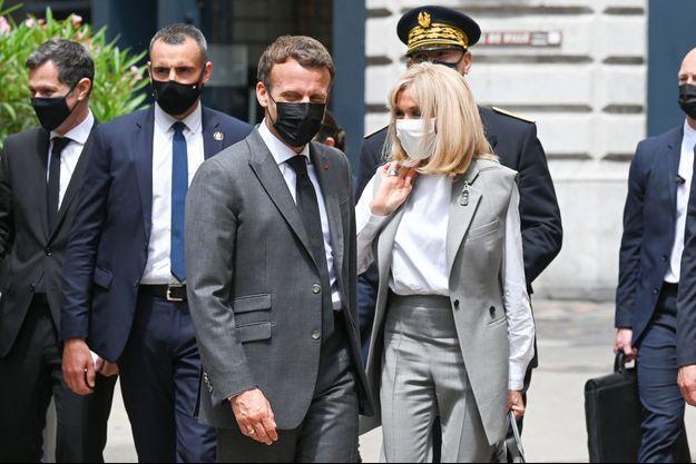 Emmanuel Macron avec Brigitte Macron à Valence, mardi 8 juin.