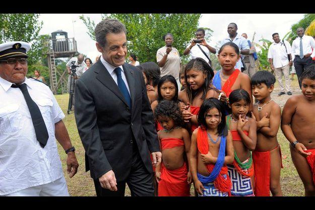 A Talwen, en bordure du fleuve Maroni, Nicolas Sarkozy rencontre les Wayanas. A sa droite, en blanc, le grand man Amaïpoti, le chef coutumier.