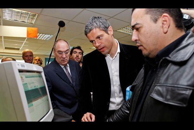 Laurent Wauquiez sur le terrain : à Marseille avec un demandeur d'emploi en décembre dernier, à l'occasio de la présentation du Pôle emploi au personnel de l'ANPE.