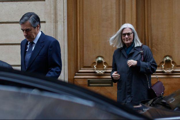François Fillon et son épouse Penelope, quittant leur domicile mercredi.