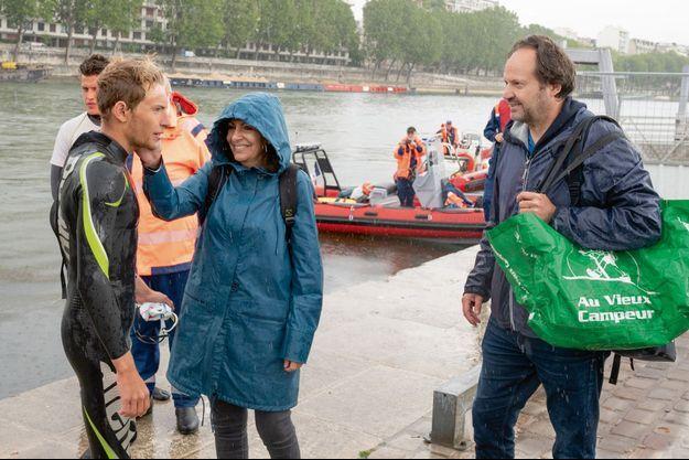 Arthur Germain, accueilli par ses parents Anne Hidalgo et Jean-Marc Germain, lors de son étape parisienne (et pluvieuse), le 4 juillet.