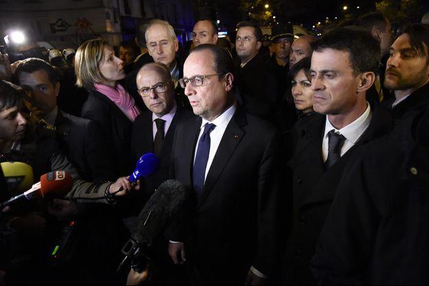 François Hollande s'adresse aux caméras, lors de sa visite près du Bataclan, le 14 novembre.