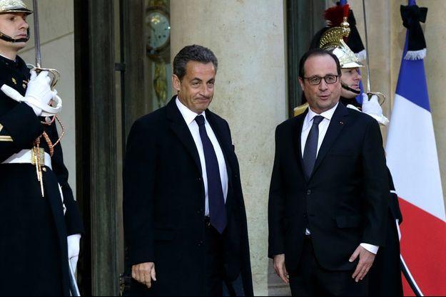 Nicolas Sarkozy et François Hollande sur le perron de l'Elysée.