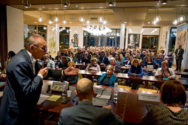 Neuilly-sur-Marne (Seine-Saint-Denis), le 10 janvier. Dans la salle des mariages spécialement aménagée, le maire Jacques Mahéas (DVG) organise les débats.