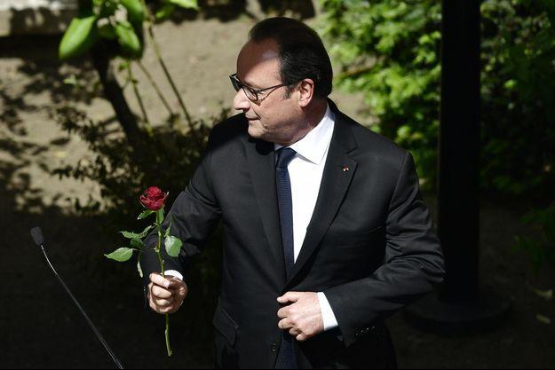 François Hollande une rose dans les mains, au siège du PS dimanche.