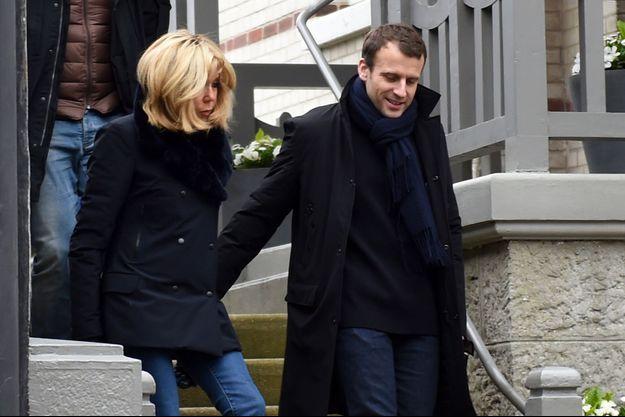Brigitte et Emmanuel Macron quittent leur maison du Touquet, en avril 2018.