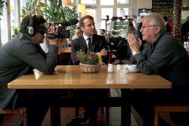 Romain Goupil et Daniel Cohn-Bendit rencontrent Emmanuel Macron dans un café à Francfort en septembre 2017.