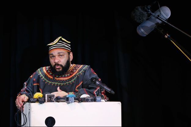 Dieudonné lors d'une conférence de presse en janvier 2014.