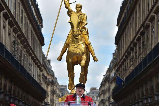 Jean-Marie Le Pen devant la statue de Jeanne d'Arc à Paris, le 1er mai.