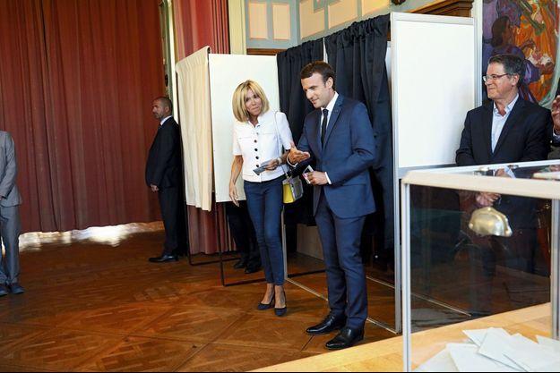 Le couple présidentiel sort de l'isoloir installé dans la mairie du Touquet, dimanche à 11h57.