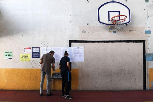 Dans un bureau de vote de Marseille, dimanche.