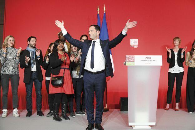 Le 23 avril à son QG de campagne, Benoît Hamon salue ses soutiens après sa défaite au premier tour.