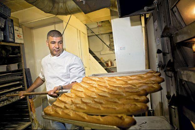 Au petit jour, l'artisan défourne ses baguettes. Depuis sa nomination, la production quotidienne est passée de 300 à 800.