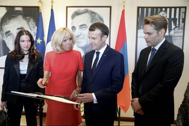 Le 11 octobre, Emmanuel et Brigitte Macron, entourés par Nicolas Aznavour et sa femme Kristina Sarkisyan, à la Maison Charles-Aznavour à Erevan.