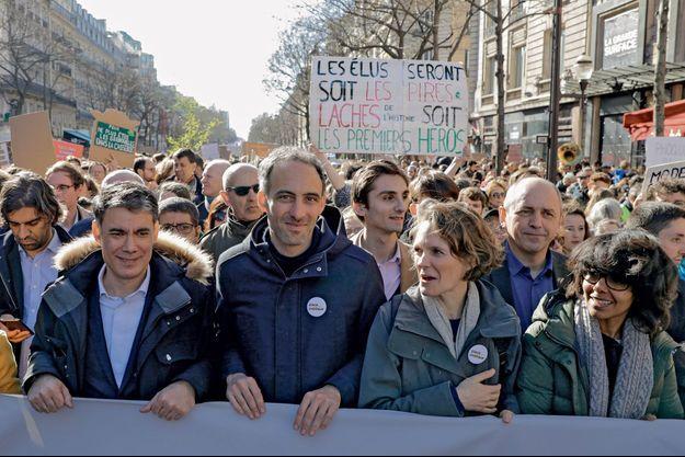 """Olivier Faure, Raphaël Glucksmann, Claire Nouvian et Audrey Pulvar, le 15 mars, lors de la """"marche du siècle"""" à Paris."""