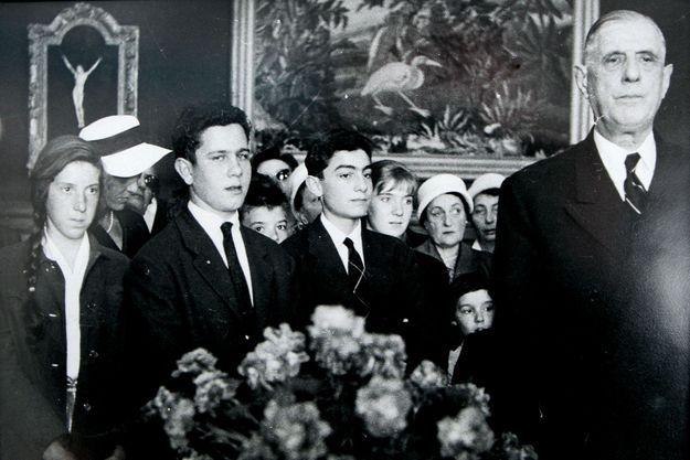 Jean-Louis et Bernard Debré à l'ambassade de France d'Alger, à la fin des années 1950, avec le général de Gaulle.