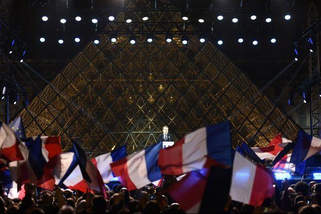 Emmanuel Macron devant la Pyramide du Louvre, dimanche soir, pour son second discours de la soirée.