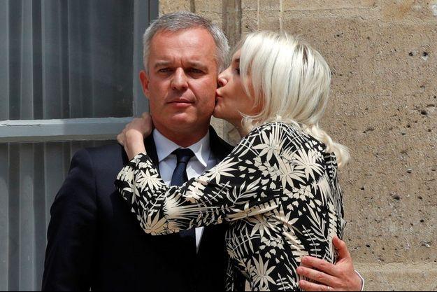 François de Rugy embrassé par son épouse lors de son départ du ministère de la Transition énergétique le 17 juillet 2019.