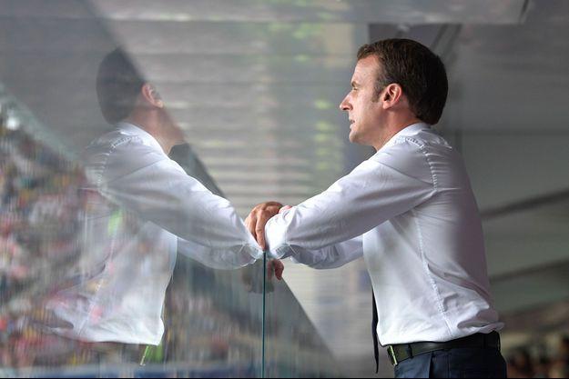 Emmanuel Macron durant le match, dimanche à Moscou.