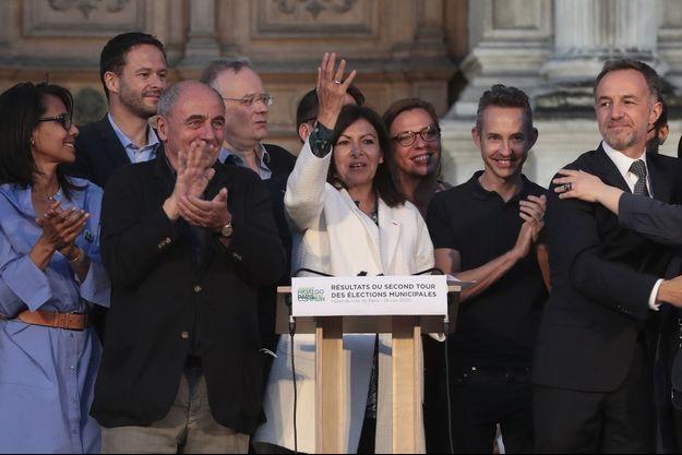 Anne Hidalgo savoure sa victoire sur le parvis de l'hôtel de ville.