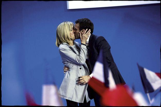 Le baiser du vainqueur du premier tour à celle qu'il a fait ovationner par le public.