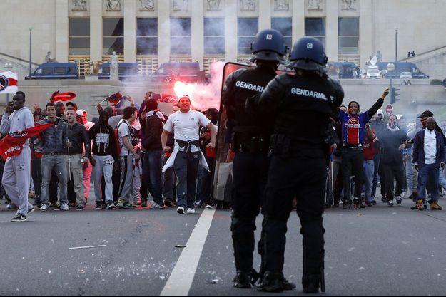 Des gendarmes face à des émeutiers, au Trocadéro, à Paris, le 13 mai 2013.