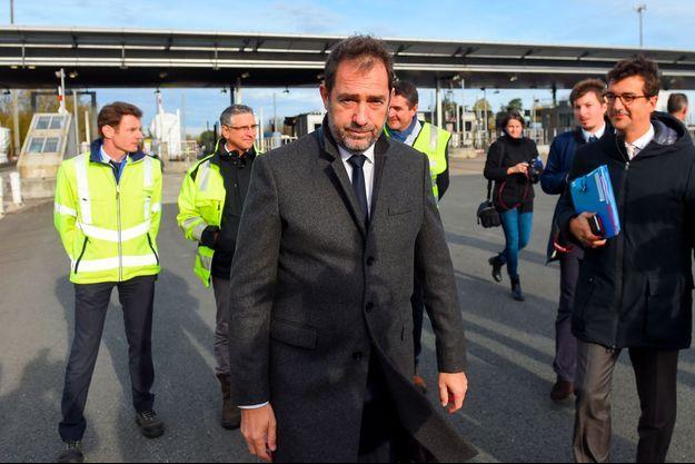 Christophe Castaner au péage de Virsac, en Gironde, jeudi. Derrière lui, des employés du péage.