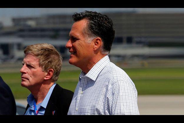 Sans cravate, Stuart Stevens au côté de Mitt Romney, le 28 août dernier, à l'aéroport de Tampa.