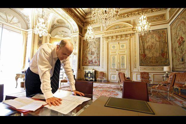 Laurent Fabius, ici dans son bureau du Quai d'Orsay, est le ministre le plus riche du gouvernement