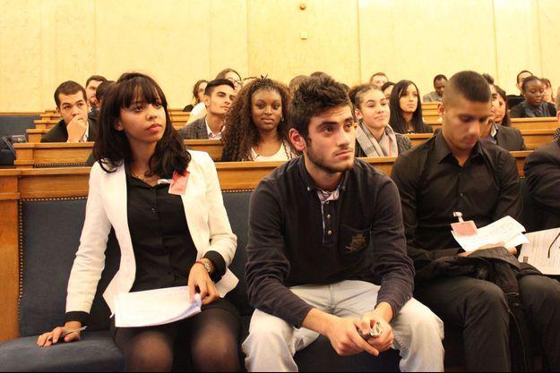 Chaimae, Enes et Elias, trois lycéens qui ont interrogé Christophe Caresche et Philippe Juvin.