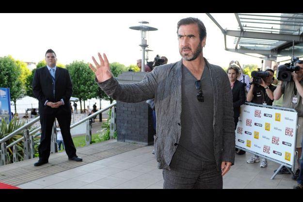 L'ex-joueur de foot Eric Cantona est engagé auprès de la Fondation Abbé Pierre.