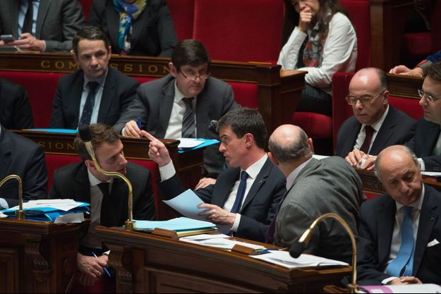Manuel Valls et Emmanuel Macron mardi à l'Assemblée nationale.