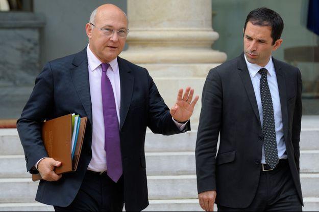 Michel Sapin et Benoît Hamon en 2012. Ils sont alors ministre du Travail et ministre délégué chargé de l'Economie sociale et solidaire.
